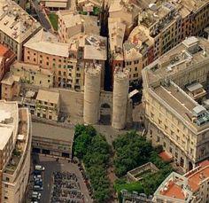 porta d'accesso a levante della Genova antica, Porta Soprana (nota anche come Porta di Sant'Andrea) è una costruzione medievale in pietra con due alte ....