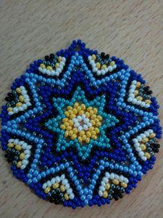 Mandala modeli Beaded Flowers Patterns, Beaded Jewelry Patterns, Bead Loom Designs, Bead Loom Patterns, Beaded Earrings Native, Beaded Brooch, Fabric Origami, Beaded Collar, Hand Art