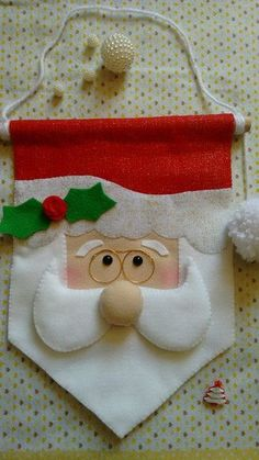 Linda flâmula de Papai Noel Super fofo e delicada, para decorar um cantinho da casa ou a porta. Christmas Crafts Sewing, Christmas Crafts For Kids To Make, Christmas Projects, Holiday Crafts, Christmas Makes, All Things Christmas, Christmas Time, Felt Christmas Ornaments, Christmas Stockings