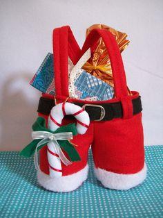 Sacola calça papai Noel <br> <br>Faça seu presente de natal ficar ainda mais interessante com esta linda embalagem!! <br>Confeccionada em feltro com chaveiro de motivos de natal e flor natalina tbm em feltro. <br> <br> O VALOR SE REFERE A SACOLA MENOR DE TAM. 19X15 <br> <br>Menor 19x15 cm até no cós, com a alça 25 cm - <br>Maior 23X23 cm até no cós, com a alça 40 cm -