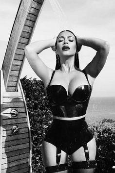 Kim Kardashian pose très sexy en latex ... #KimKardashian #Kardashian