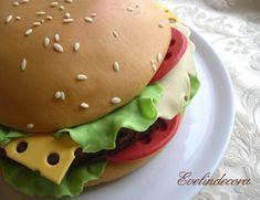Torta hamburger decorata con pasta di zucchero