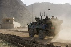 VAB (Véhicule de l'Avant Blindé) en progression sur une route. © armée de Terre