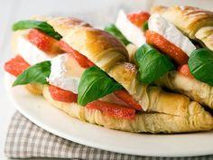 Mansikka-briejuustotäytteiset croissantit