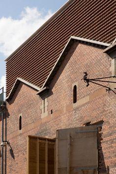 Brick facade. Fachada de ladrillo. Façana de totxo