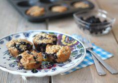 Muffins met havermout, banaan en blauwe bes. Zonder suiker http://www.lekkerensimpel.com/2014/01/09/gezonde-muffins/