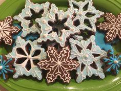 Snowflake Royal Icing Sugar Cookies by @cookiesbykatewi #winter #gingerbread #snow #cookiedecoration