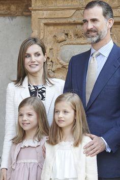 Continuando con la tradición: Los Reyes, Felipe VI y Letizia, Doña Sofía, la Princesa de Asturias y la Infanta Sofía, en la misa de Pascua de Palma de Mallorca. Palma de Mallorca, Abril de 2015