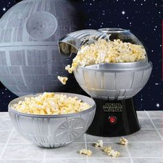 Enjoy your popcorn from the far, far away galaxy. This Star Wars Death Star Popcorn Maker use the top half as your bowl to eat a fluffy and delicious popcorn. Use it as part of your star wars collection. Hot Air Popcorn Popper, Air Popcorn Maker, Air Popper, Cocina Star Wars, Star Wars Gadgets, Tech Gadgets, Star Wars Kitchen, Think Food, Star Wars Gifts