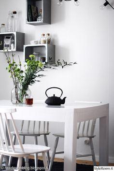 keittiö,kattaus,teepannu,valkoinen ruokapöytä,puinen pöytä