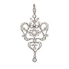 BROSJE/ANHENG  Gull og sølv. 10 K. Fattet med en naturperle 4,0 mm. 14 old-cut brillianter 1,10 ct. 27 old-cut brillianter og 8/8 diamanter 0,70 ct. 15 roseslipte diamanter. Ca. 1870.Totalvekt: 10,4 g Antatt kvalitet: Top Wesselton til Wesselton SI  HØYDE 6 BREDDE3 Antique Jewelry, Chandelier, Ceiling Lights, Antiques, Home Decor, Diamond, Old Jewelry, Homemade Home Decor, Candelabra