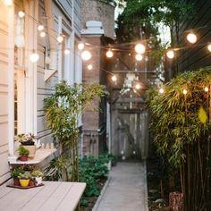 Inspiring little garden ideas - Diy Balcony Decoration Back Gardens, Small Gardens, Outdoor Gardens, Courtyard Gardens, Outdoor Lighting, Lighting Ideas, Wood Pergola, Raised Garden Beds, Gardens
