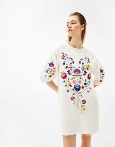 Толстовка удлиненная с объемными рукавами и цветочной вышивкой - Платья - Bershka Russia