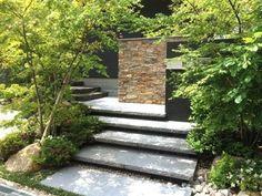 大判の板石を階段に使用し、陰影を利用して浮いたように演出。 モミジが左右から覆い 緑のアプローチを構成します。 モウソウ竹はお客様のご要望。 和の雰囲気が強調されます。 和室の地窓から見た景。 蹲が風景をつくります。 主庭に抜ける路地。 石材を敷詰めました。 主庭の蹲。 水面と音......
