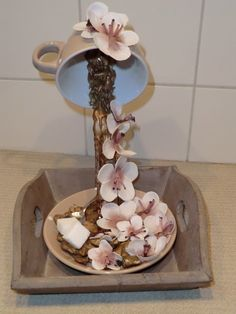 zwevende kop en schotel met koffie en bloemen bewerkt