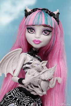 Monster High Rochelle by MissJay. Rochelle seems to have a really soft facemold that would fit my face. Monster High School, Monster High Art, Monster High Birthday, Custom Monster High Dolls, Love Monster, Monster High Repaint, Monster Dolls, Custom Dolls, Ever After High
