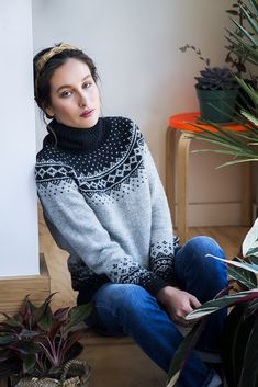 Rainier is worked in the round from the bottom up. The sleeves cuffs and hem begin with a long tail tubular cast on, and then a ribbing is worked. Colorwork adorns the bottom of the sleeves and sweater body. Icelandic Sweaters, Wool Sweaters, Sweater Knitting Patterns, Knit Patterns, Fair Isle Pullover, Norwegian Knitting, Fair Isle Pattern, Fair Isle Knitting, Thing 1