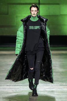 #2018fashiontrend# #Annakiki# #runway# #milanfashionweek# #downcoat# #fashionlook#