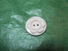 """(1)  7/8"""" FLORAL DECOR COLT WHITE PLASTIC 2-HOLE BUTTON - VINTAGE Lot#GB1224"""