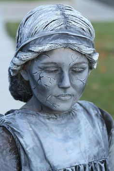 Weeping Angel or Statue Costume: This costume may look difficult to create but it really is much easier than you would think. You do need to know some basic sewing skills or be really, really good with a glue gun. Holidays Halloween, Halloween Fun, Halloween Makeup, Angel Halloween Costumes, Diy Costumes, Costume Ideas, Gargoyle Costume, Weeping Angel Costume, Weeping Angels
