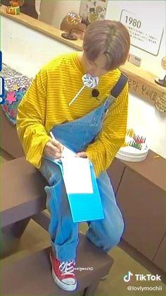 Y así quieren que lo trate como un adulto Bts Bangtan Boy, Bts Boys, Bts Jungkook, Kim Taehyung Funny, Bts Taehyung, Jimi Bts, V And Jin, Mochi, Bts Wallpaper Lyrics