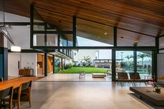 Work Arquitetos has created his new work, a modern house in Sao Paulo, Brazil, co No great sloping roof that Contemporary Architecture, Interior Architecture, Interior And Exterior, Building Architecture, Building Facade, Green Building, Home Design, Modern Design, Interior Design