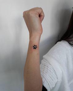 Tätowierungen am Handgelenk 2017 - Fotos mit kreativen Ideen Feminina Animal Lover Tattoo, Tattoos For Dog Lovers, Tiny Tattoos For Girls, Hand Tattoos For Women, Dog Tattoos, Mini Tattoos, Sexy Tattoos, Cute Tattoos, Body Art Tattoos