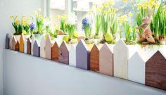 Wielkanocne ozdoby to nie tylko barwne pisanki i stroiki z zającami. Jeśli szukasz oryginalnej dekoracji wiosennej, stwórz na parapecie ogródek z drewnianym płotkiem. Takie kwiatowe dekoracje okien wprowadzą wiosnę do Twojego domu.