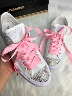 Kundenspezifische weiße Converse Bling mit schönen Swarovski-Kristallen und rosa Satinband Schnürsenkel Kann zu jeder Farbe anpassen, die Sie mögen. Diese sind eine Art schöne benutzerdefinierte aus Sneaker, Converse All Star verziert mit authentischen Swarovski Diamanten