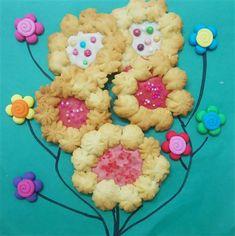"""עוגיות פרחים עם שוקולד. ניתן לבחור יותר משוקולד מסוג אחד. כך יהיה לנו כמו זר צבעוני שמותאם לכל אירוע. עוגיות הפרחים הם יפות, רכות ומיוחדות. עוגיות קלות וטעימות, מומלצות בחום. מתאים גם כ""""עוגיות לט""""ו בשבט""""."""