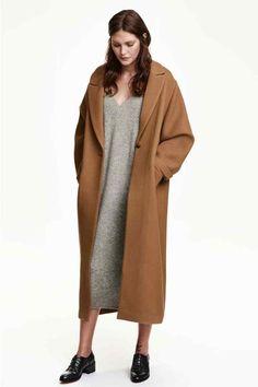 Manteau en twill: Manteau de longueur mi-mollet en twill épais de laine mélangée. Modèle ample avec revers en pointe. Poches latérales à rabat et fente montante dans le dos. Non doublé.