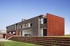 Superbe demeure contemporaine en bois bordant l'océan aux USA, pelouse & façade entrée - sagaponack par Bates Masi Architects - Sagaponack, USA #construiretendance