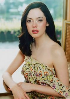 Rose Mcgowan may just have the most beautiful skin on earth Paige Charmed, Pretty People, Beautiful People, Beautiful Things, Beautiful Women, Portraits, Crop Top Bikini, Female Actresses, Brunette Girl