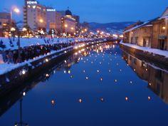 小樽運河の夜景。冬のイベントで更に特別な夜景が歓迎してくれる。