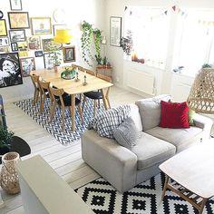 Vardagsrummet! Det är här vi tillbringar tiden mest.  Bl.a. Soffan Kivik från @ikeasverige  Den har jag lust att klä om med något av deras sammetstyger som de nu har i sammarbete med Benz. Även mattan är från Ikea, Lappljung Ruta #minikeastil  #elledecorationse
