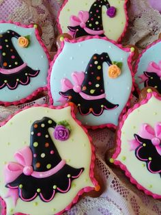*HALLOWEEN~The Good Witch Hats by Teri Pringle Wood, posted on Cookie Connection. Sweetest little witch hats I've ever seen! Thanksgiving Cookies, Fall Cookies, Iced Cookies, Cute Cookies, Royal Icing Cookies, Holiday Cookies, Cupcake Cookies, Cookies Et Biscuits, Menu Halloween