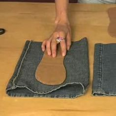 Sewing Slippers Jeans Refashion Vieux Jeans How To Make Shoes Denim Shoes Denim Ideas Bolsas Jeans Vintage Crochet Patterns Old Jeans Jean Crafts, Denim Crafts, Denim Shoes, Denim Bag, Crochet Shoes, Crochet Slippers, Sewing Slippers, Denim Ideas, Recycle Jeans