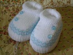 Sapato Lastex branco com azul bebe. Enfeite de botão na lateral. Tam : U  Pronta Entrega R$ 9,90