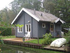 Afmetingen: 545 x 673 cm. (39 m2)  Slaapzolder: 235 x 545 cm. (12 m2) Inclusief: compleet bouwpakket, dubbelglas, dak- en vloerisolatie,  dakpanplaat en geïmpregneerde vloerbalken. Indeling van deze knusse Zweedse vakantiewoning: open keuken, badkamer, 1 slaapkamer beneden en een slaapzolder.  De slaapzolder is open in de living (vide).