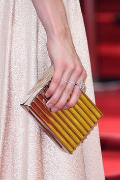 Pin for Later: Die Stars wissen: Kein Look ist perfekt ohne die richtige Maniküre Emma Roberts Emma Roberts wählte einen neutralen Nagellack um ihr Kleid und die Clutch so richtig strahlen zu lassen bei den Emmy Awards.