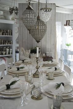 Independent blazed shabby chic dining room decor learn the facts here now Dresser La Table, Sideboard, English House, Antique Chandelier, Shabby Vintage, Vintage Table, Deco Table, Decoration Table, Dining Room Design