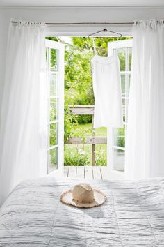 SCANDINAVIAN SUMMER COTTAGE (style-) This lovely Scandinavian summer cottage belongs to Tine K, who is the owner of the Danish home decor.This lovely Scandinavian summer cottage belongs to Tine K, who is the owner of the Danish home decor. Hygge, Interior And Exterior, Interior Design, Slow Living, Scandinavian Design, Scandinavian Cottage, Cottage Style, Cozy Cottage, Beautiful Homes