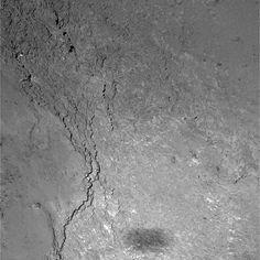 Davvero molto suggestiva questa foto della superficie della #cometa 67/P ripresa dalla sonda #Rosetta durante il suo ultimo ravvicinatissimo #flyby del 14 febbraio scorso. Da un'altezza di 6 km, la sonda è infatti riuscita a fotografare anche la propria ombra! Crediti: ESA Al link la notizia Media INAF