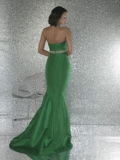 I love the style of this dress