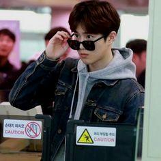 The way Suho tilts his sunglasses Baekhyun Chanyeol, Exo Chen, Luhan And Kris, 5 Years With Exo, Kim Joon Myeon, Kai, Exo Lockscreen, Kim Minseok, Exo Korean