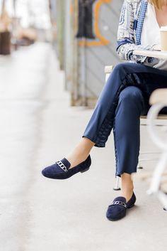 Stilsicher durch den Businessalltag: Das Kettendetail ist der Hingucker dieser bequemen Slip-Ons! #derschuhmeineslebens #paulgreen #darkblue #suedeshoes www.paul-green.com Dna, Slip On, Shoe Bag, Pants, Shoes, Style, Fashion, Paul Green Shoes, Necklaces