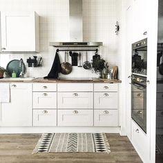 Keittiön tyyli yhdistelee vanhaa ja uutta vivahteella maalaismaista tunnelmaa.