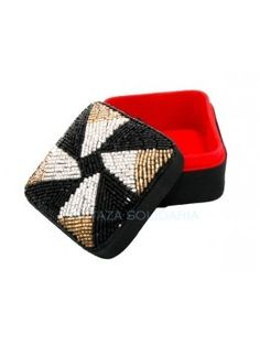 caja decorativa confeccionada con abalorios negros y plateados. Forrada en rojo.Medidas: 7,5 x 7,5 cm. - La Taza Solidaria