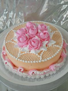 Dort krémový * narozeninový - zdobený cukrovou polevou a růžemi. Buttercream Cake Decorating, Cake Decorating Tips, Cookie Decorating, Royal Icing Cakes, Cake Icing, Cupcake Cakes, Decoration Patisserie, Cake Delivery, Just Cakes