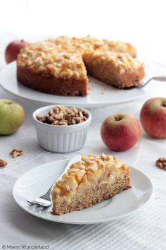 +++ Apfel-Walnuss-Kuchen lecker! Wallnüsse mit Teig vermengen.